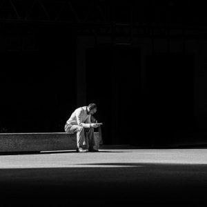 Samotnie siedzący mężczyzna