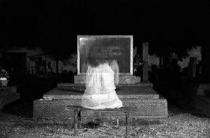 Duch kobiety na cmentarzu